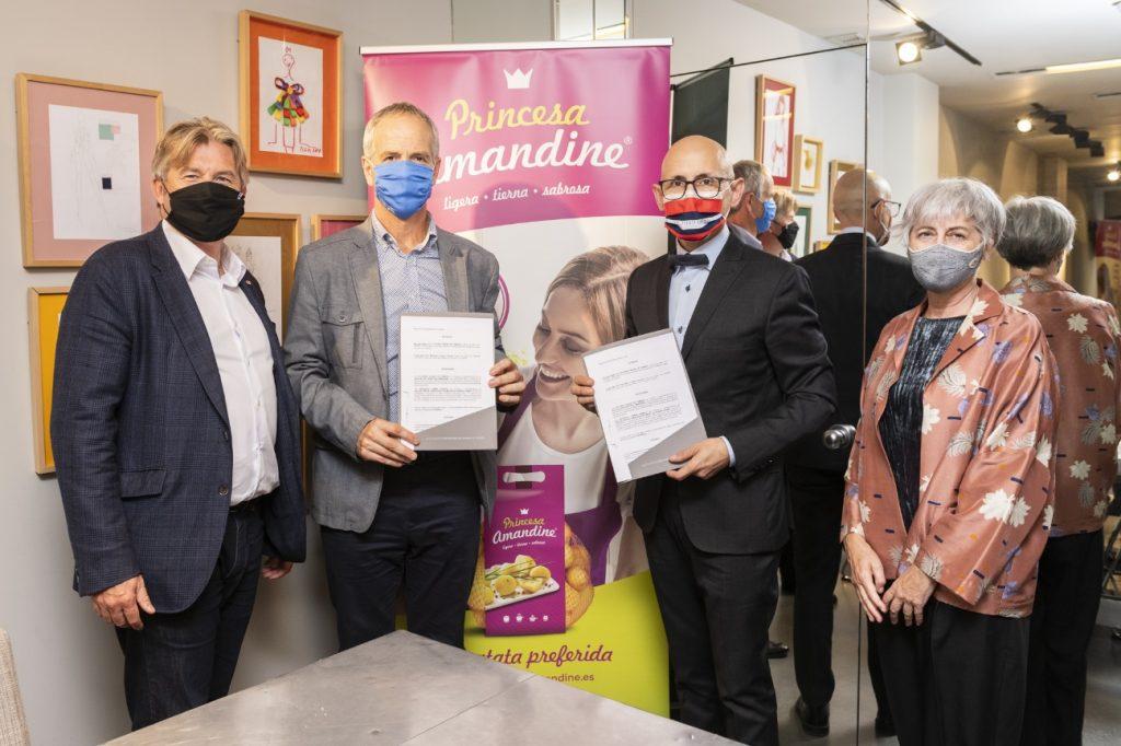 Representantes de la Asociación Princesa Amandine y ACME firman un acuerdo de colaboración.